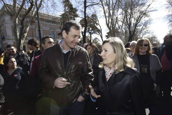 Amparo Valcarce (d) y Tomás Gómez en la marea blanca de este domingo