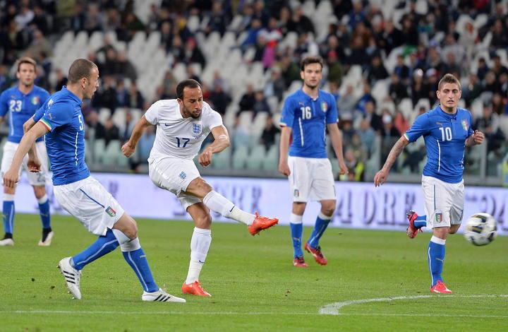 Andros Townsend, de Inglaterra, anota ante Italia durante el amistoso.