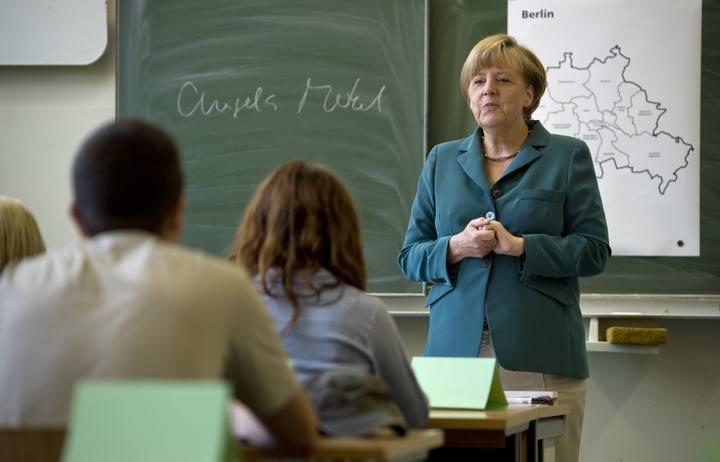 Angela Merkel en un colegio de Berlín