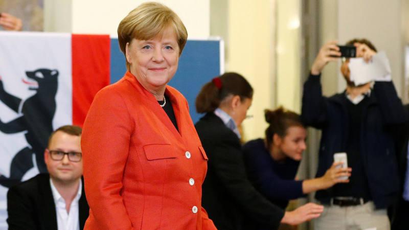 Angela Merkel deposita su voto en el comedor universitario de la Universidad Humboldt de Berlín.