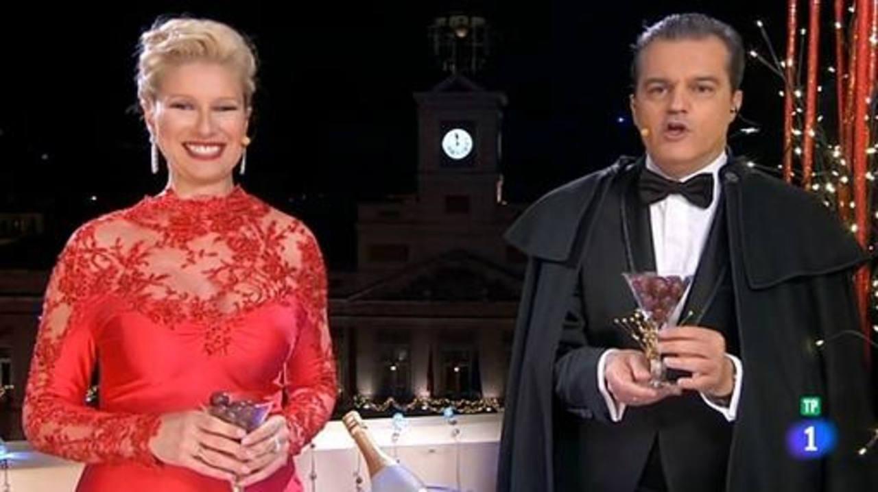 Anne Igartiburu y Ramón García dan las campanadas la Nochevieja de 2012 en TVE