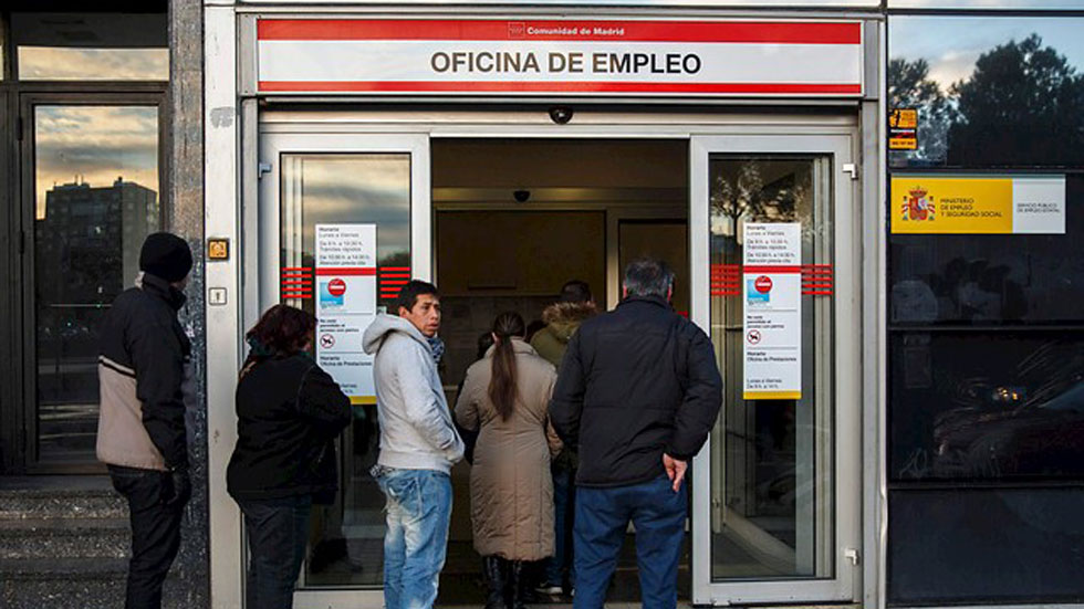 El desempleo desciende en todos los sectores, salvo en agricultura