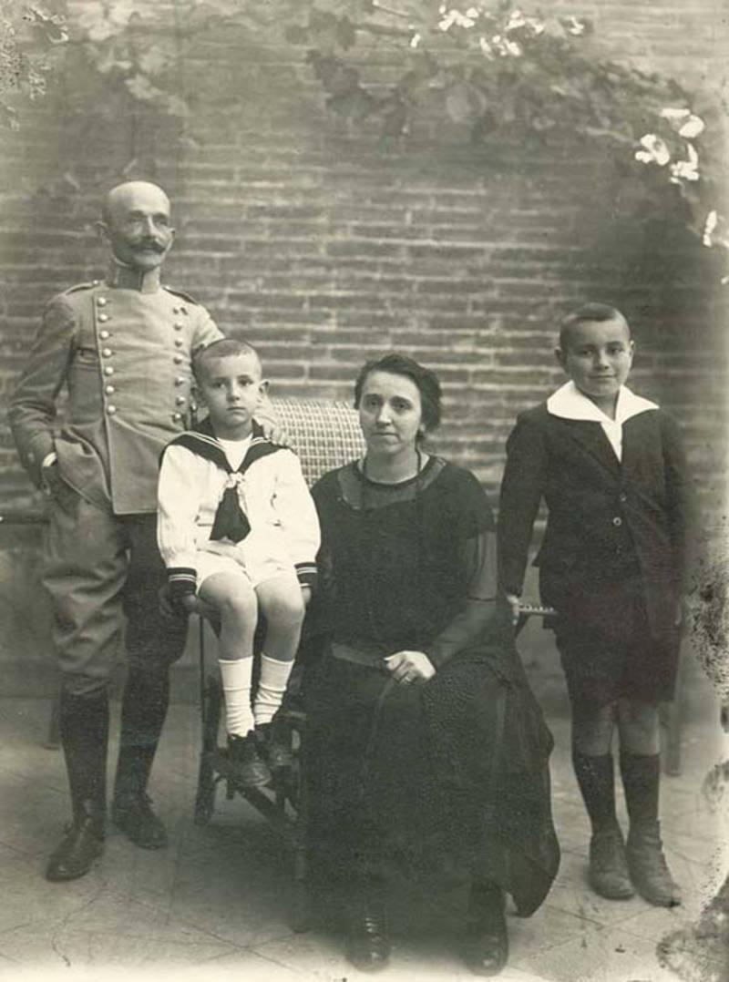 Antonio Buero Vallejo, de niño, con su padre y el resto de la familia  en 1924