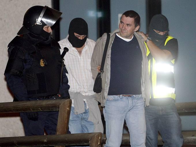 Arnaldo Otegi, ex portavoz de Batasuna, es escoltado por efectivos policiales a su salida de la sede del sindicato LAB.