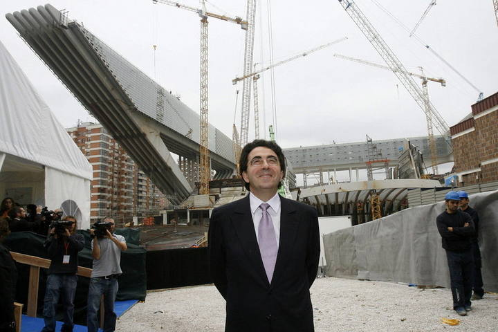 El arquitecto Santiago Calatrava contempla una de sus obras, en una imagen de 2006.