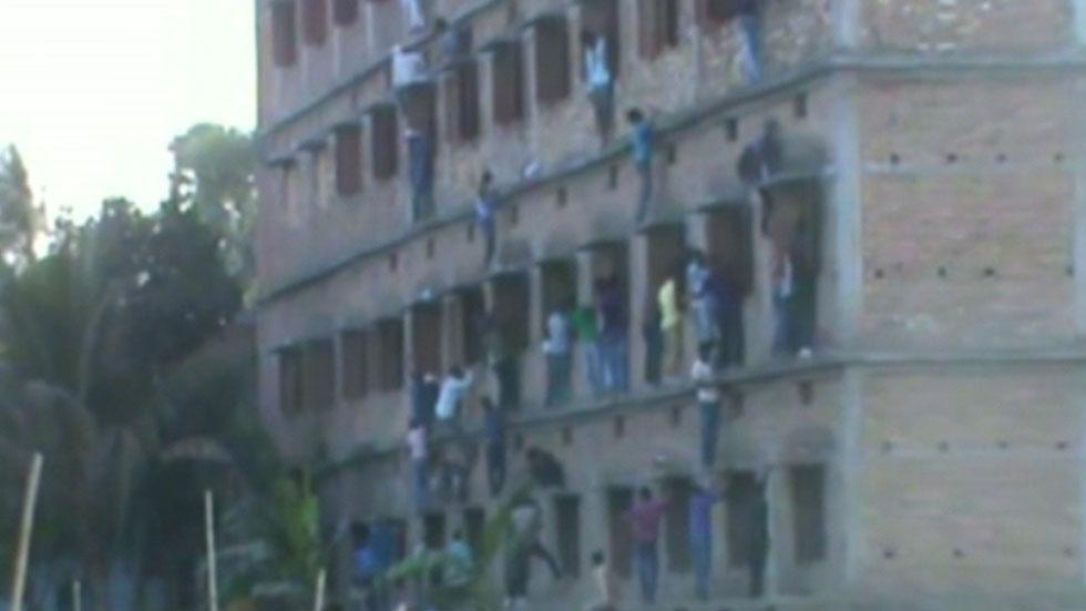 Familiares de estudiantes indios se juegan la vida para chivarles en la reválida