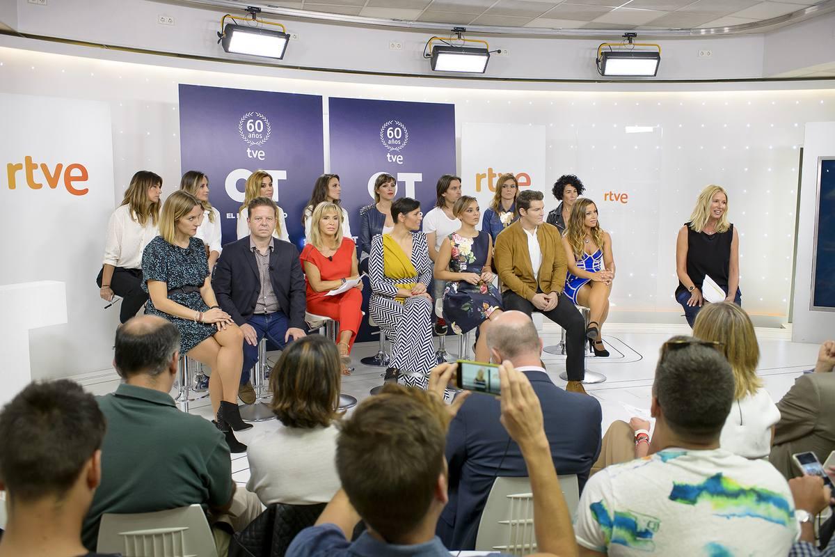 Artistas, representantes de RTVE y Gestmusic y prensa, reunidos en la sala de Torrespaña con motivo de la presentación de 'OT:El reencuentro'