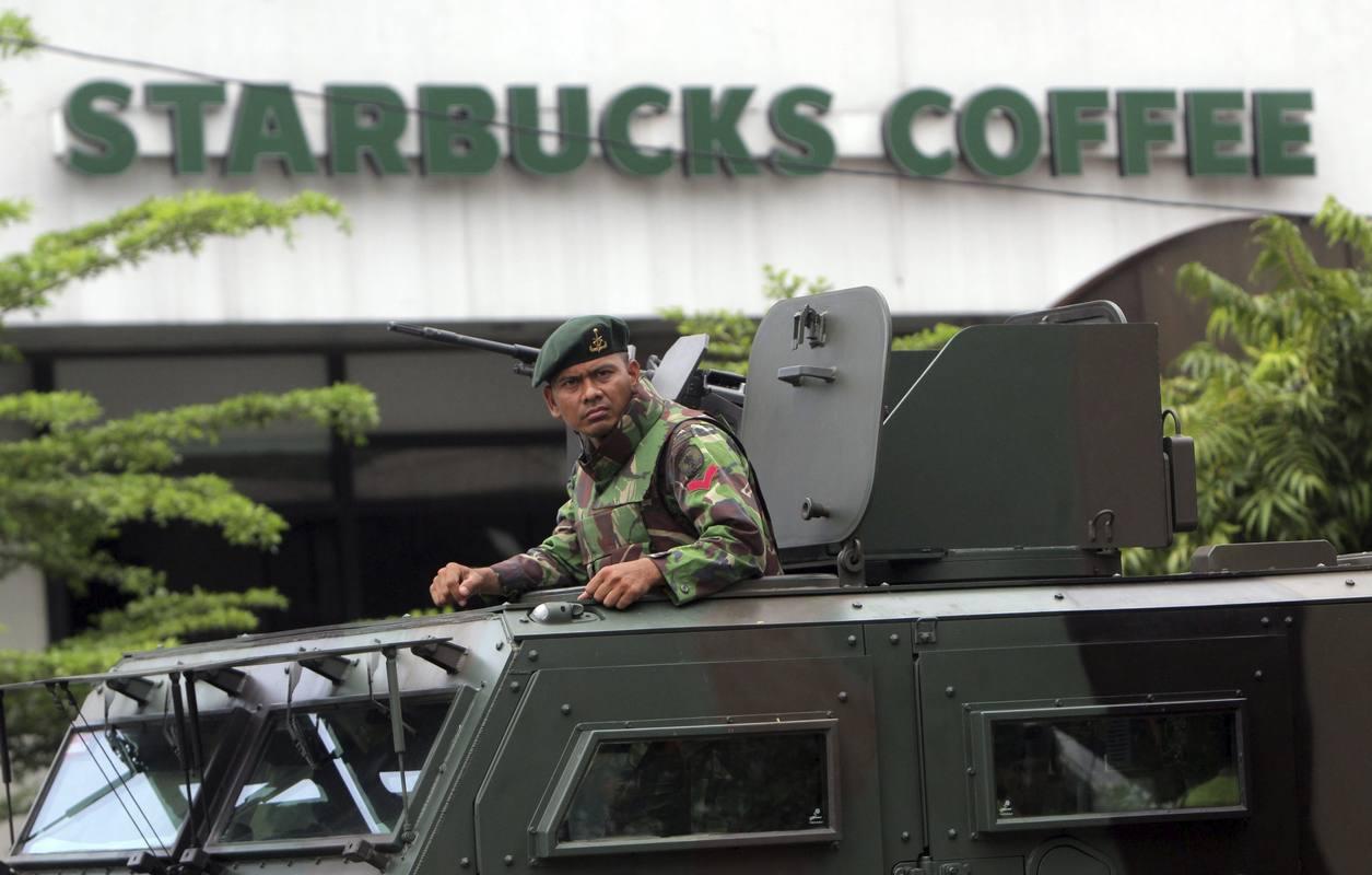 Soldados patrullan los alrededores del lugar de la explosión, entre ellos una cafetería de Starbucks.