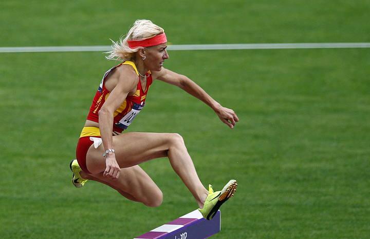 La atleta española Marta Domínguez durante su serie de los 3000 metros obstáculos en Londres.