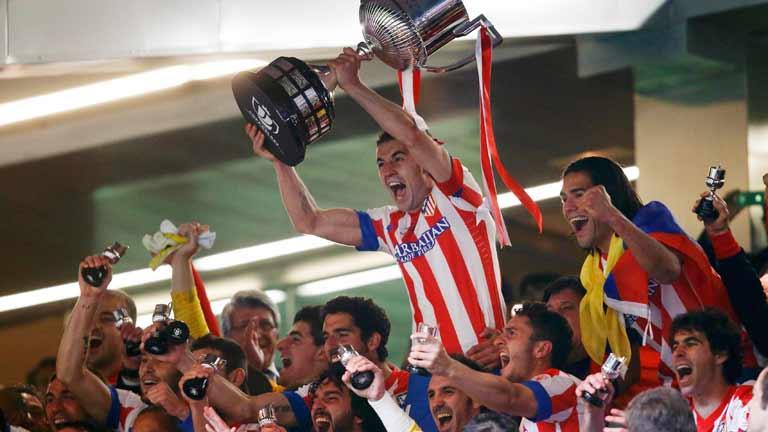 El Atlético celebra su Copa sobre el césped del Bernabéu ...