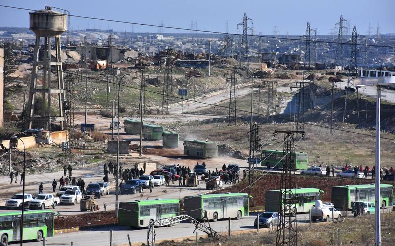 Los autobuses esperan en el este de Alepo