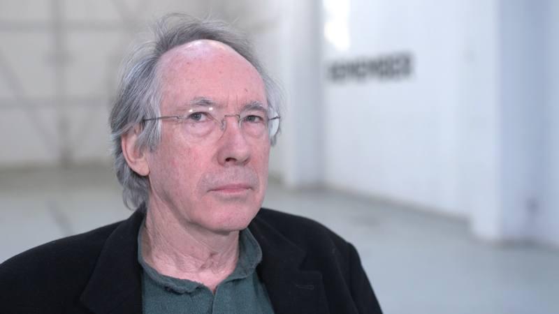 El autor Ian McEwan reconoció que ha querido construir una historia en clave humorística y que por eso se lo ha pasado muy bien escribiéndola