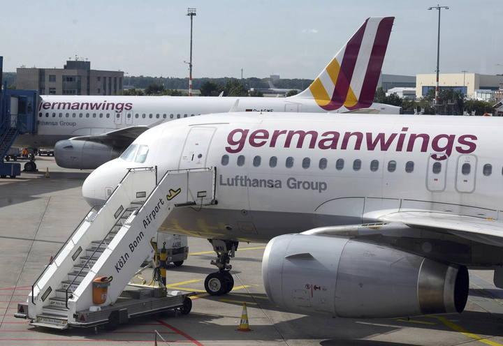 Un avión de Gernamwings espera en el aeropuerto de Colonia/Bonn en Alemania