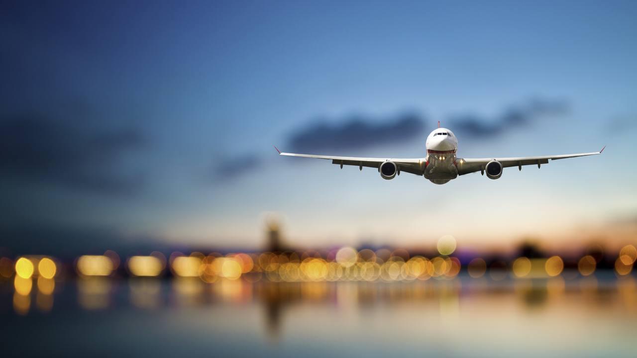 Un avión de pasajeros se dirige a su destino