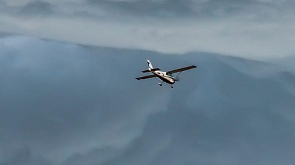 Una avioneta aterriza de emergencia en una autopista