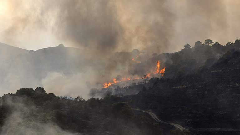 La presidenta de la comunidad de Madrid ha anunciado un plan de reforestación de la zona y ayudas a los vecinos afectados en el incendio de Robledo