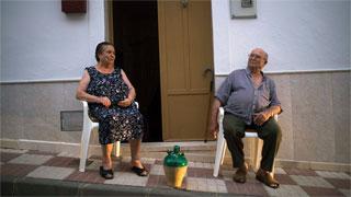 El Ayuntamiento de Cullera regula el derecho a tomar el fresco sentado en una acera