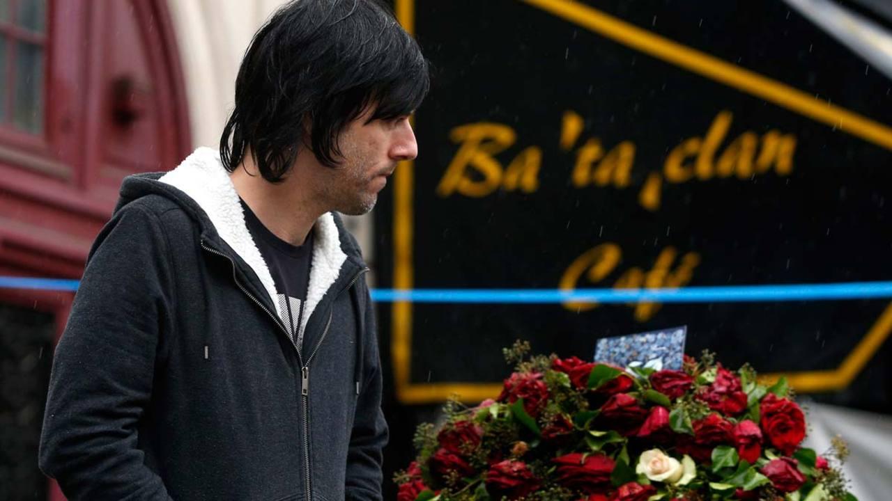 El bajista del grupo Eagles of Death Metal rinde homenaje a las víctimas frente al simbólico local
