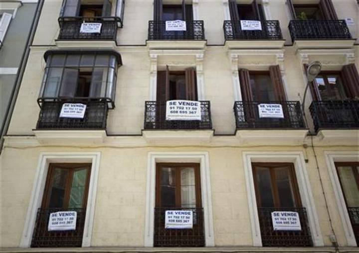 Balconada de un edificio de viviendas en venta en el centro de Madrid