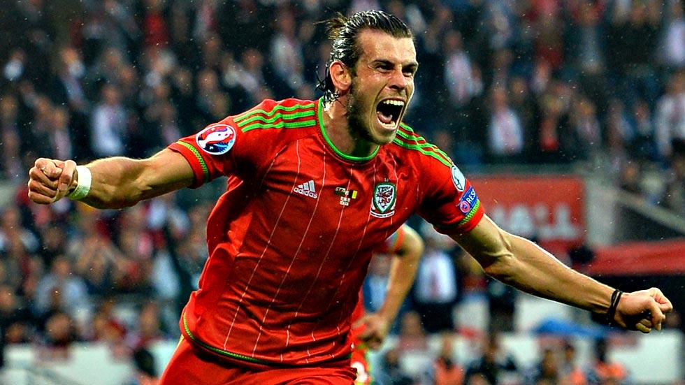 Bale da la victoria a Gales con Rafa Benítez en la grada