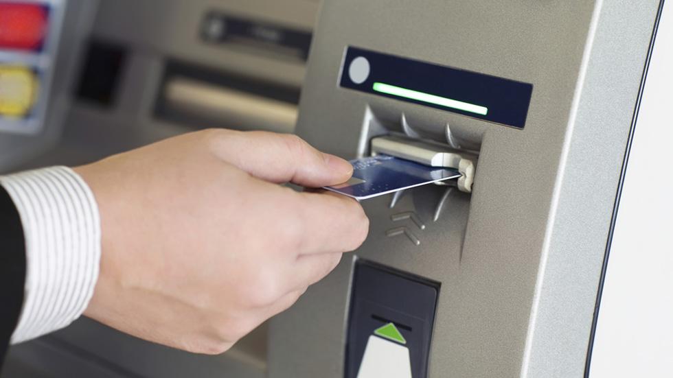 Un banco no podrá cobrar por sacar dinero de sus cajeros a clientes ajenos