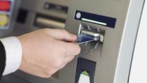 Ir al VideoUn banco no podrá cobrar por sacar dinero de sus cajeros a clientes ajenos