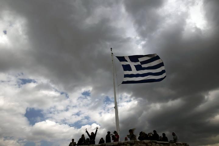 La bandera griega ondea en la Acrópolis