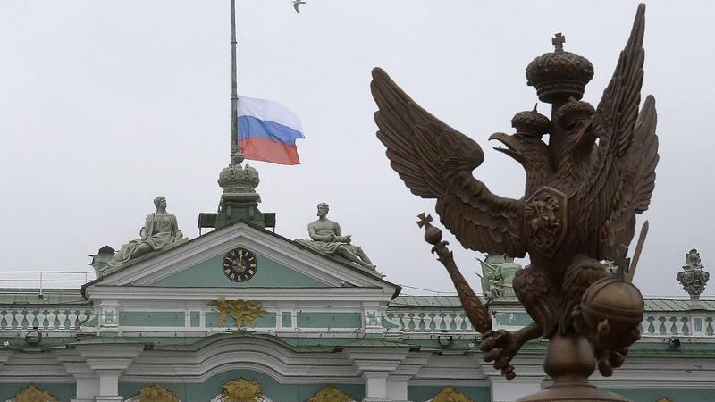 La bandera rusa ondea a media asta en el Museo del Hermitage, en San Petersburgo
