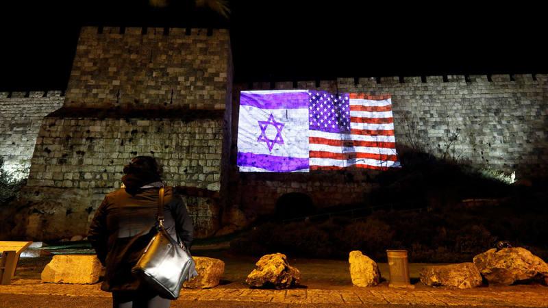 Las banderas de EE.UU. e Israel proyectadas en el muro de Jerusalén