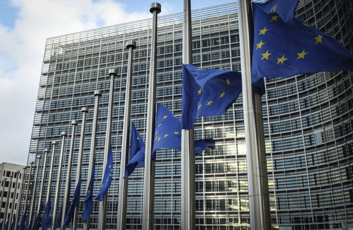 Banderas de la UE ondean delante de la sede de la Comisión Europea en Bruselas