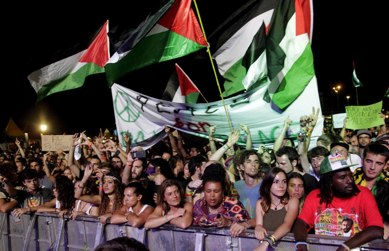 Banderas palestinas ondean durante el concierto de Matisyahu en el Rototom Sunsplash, en Benicassim