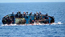 Una barcaza de inmigrantes naufraga frente a las costas de Libia poco antes de ser rescatada