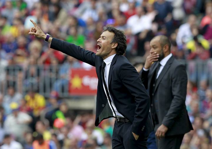 Barcelona's coach Luis Enrique gestures to his players near Valencia's coach Nuno Espirito Santo during their Spanish first division soccer match at Nou Camp stadium in Barcelona