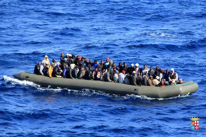 Un barco con decenas de migrantes cerca de la costa de Lampedusa.