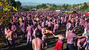 Miles de personas asisten a la Batalla del Vino de Haro, en La Rioja