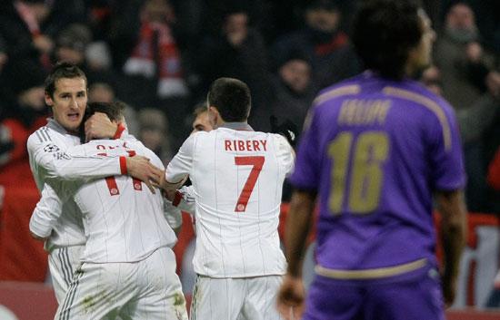 Bayern y Oporto vencen por la mínima
