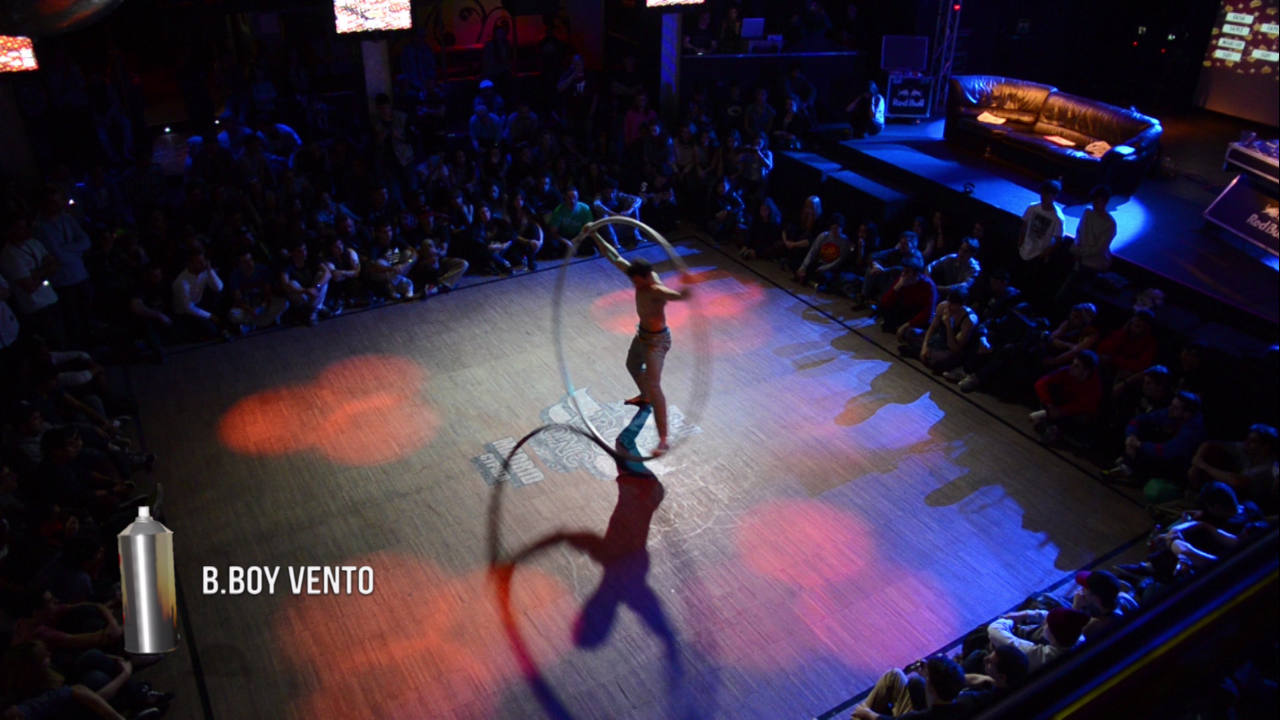 B.Boy Vento bailando con un aro gigante