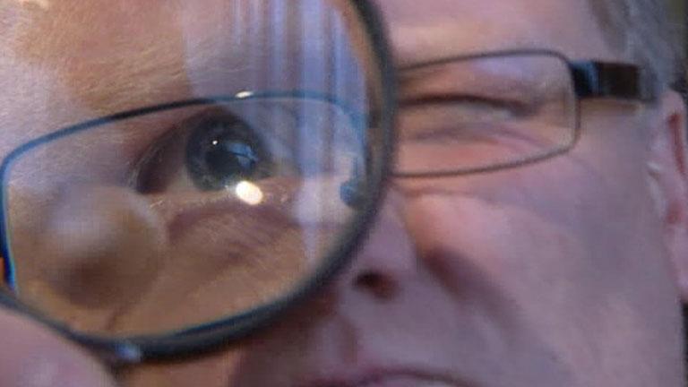 Misterioso benefactor alemán reparte sobres de 10.000 para gente necesitada