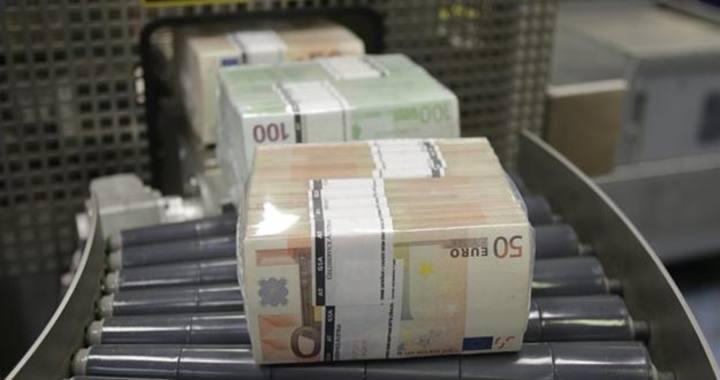 Billetes de euros saliendo de una empaquetadora