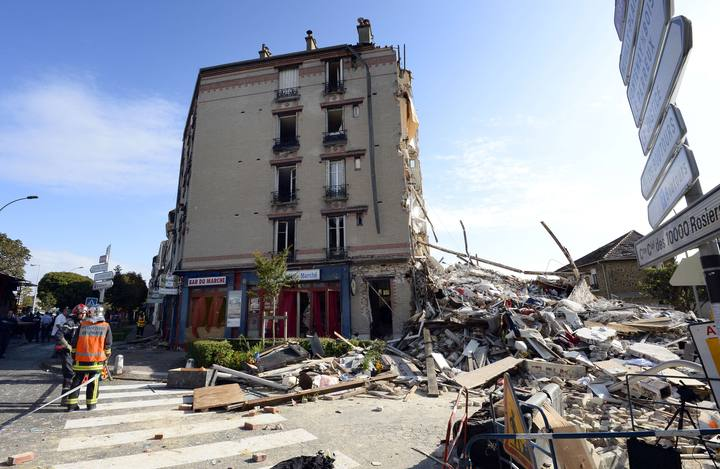 Bomberos buscan a supervivientes entre los escombros del edificio que se ha derrumbado en Rosny sous Bois, cerca de París