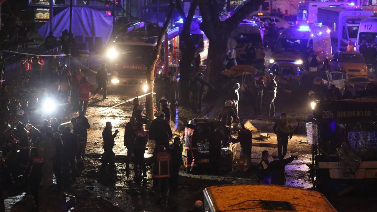 Bomberos y personal sanitario asisten a las víctimas tras la explosión de un coche bomba en Ankara