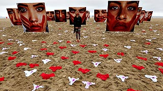 Bragas sobre la arena de Copacabana para denunciar las violaciones en brasil