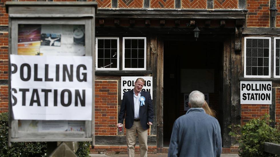 Los británicos votan en una de las elecciones más reñidas de las últimas décadas