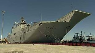 El buque Juan Carlos I se prepara para dar la salida a la tercera etapa de la Vuelta