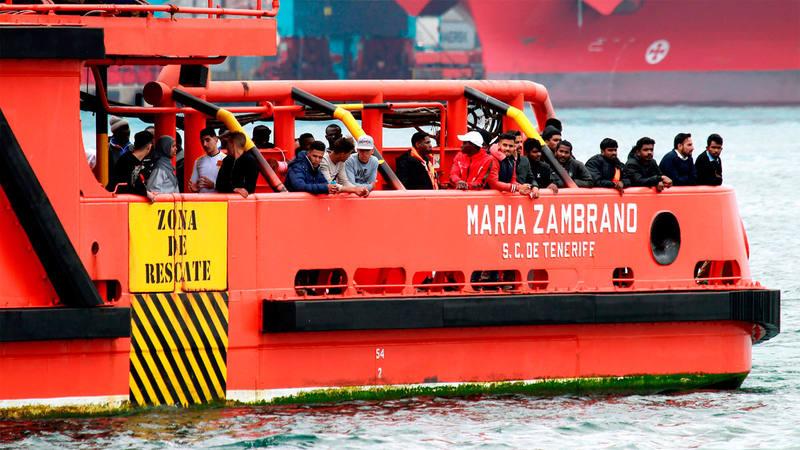 El buque de salvamento marítimo 'Maria Zambrano'se dirige al puerto de Algeciras con varios rescatados