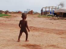 Un niño deambula por el campo de refugiados de Ferrerio, en el norte de Burkina Faso.