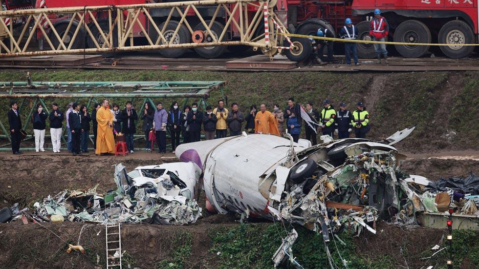 Los equipos de rescate buscan a 12 desaparecidos en el accidente de un avión en Taiwan