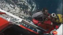 Ir al VideoBuscan en el mar de Alborán a medio centenar de ocupantes de una patera hundida