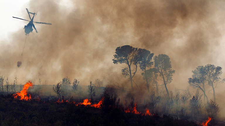 Reanudan la búsqueda del piloto del helicóptero desaparecido en el incendio de Valencia