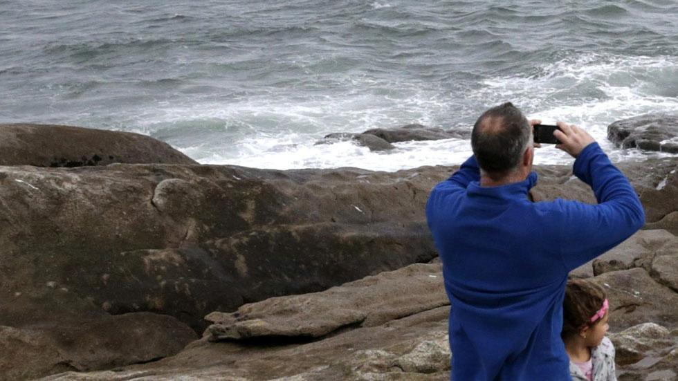 Buscan por tierra, mar y aire a los tripulantes de un barco desaparecido en Corrubedo, en A Coruña